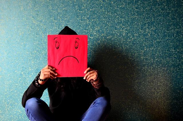 Ristiriitatilanteet työpaikalla _ surullinen mies