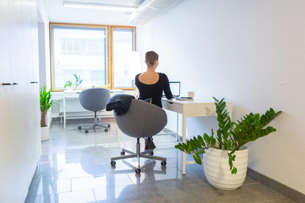 Noin 15 neliön huoneeseen mahtuu  2‒3 työpistettä.