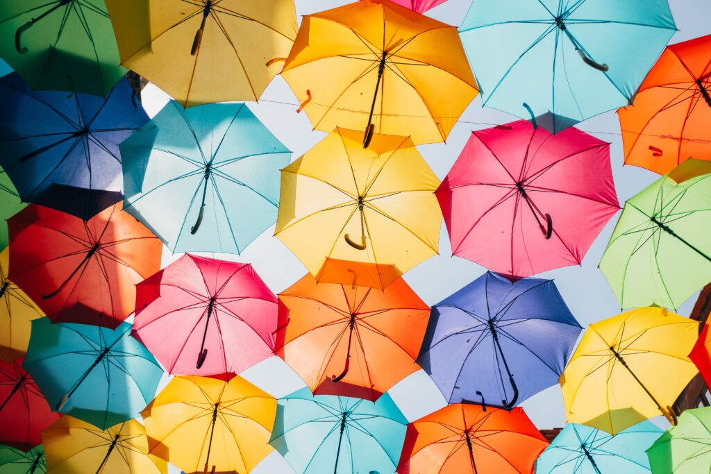 sateenvarjojen alla