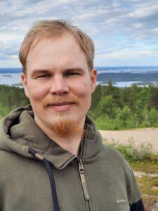 Kuvassa Pauli Orava hymyilee kameralle.